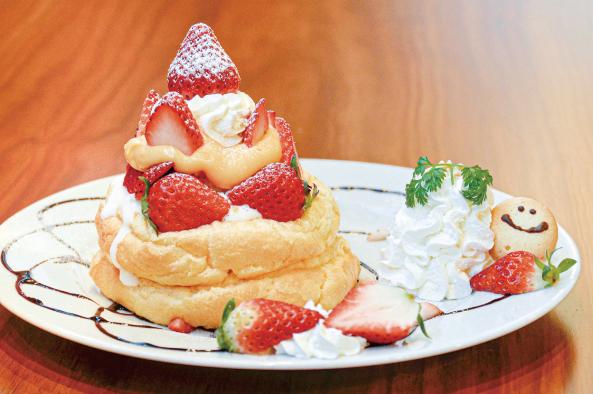 いちごたっぷり!ふわっふわの贅沢パンケーキ